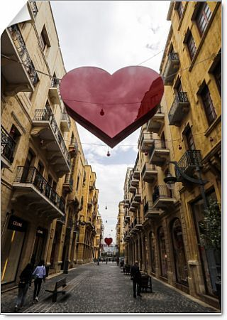 A picture taken on February 8, 2018 shows hearts decorating a street in the centre of the Lebanese capital Beirut, as the city prepares to celebrate St Valentine's Day on February 14. / AFP PHOTO / JOSEPH EID