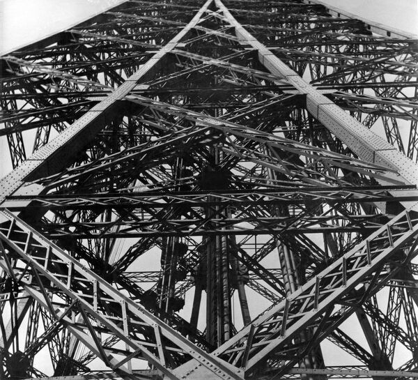 A picture showing the Eiffel Tower, in 1953, in Paris. AFP PHOTO LUCIEN HERVE / AFP PHOTO / LUCIEN HERVE