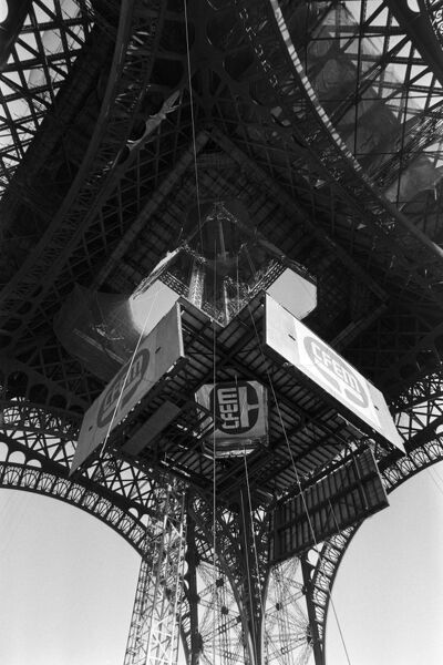 Vue prise le 20 Octobre 1982, a Paris du plancher de protection (de 100 tonnes) installe au second etage de la Tour Eiffel. AFP PHOTO MARIO GOLDMAN / AFP PHOTO / MARIO GOLDMAN