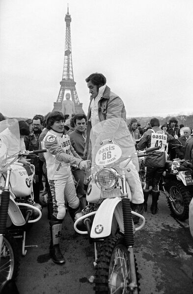 Rally men and women competing in the 1980 edition of Paris-Dakar rally gather at Trocadero esplanade in front ofthe Eiffel tower in Paris 01 January 1980 prior the 1st stage of the rally