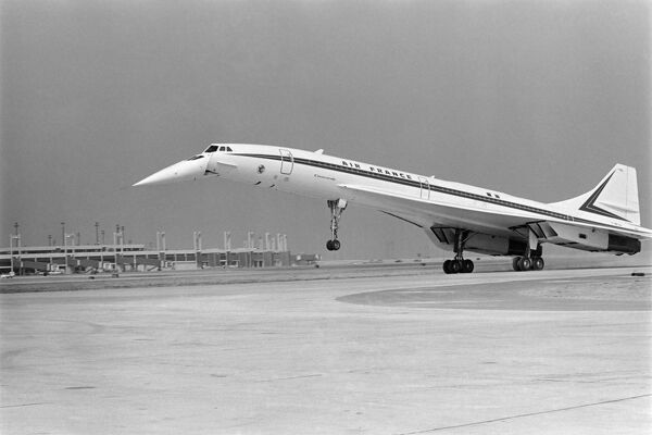 The French-British supersonic jet Concorde 002 lands at Dallas Fort Worth airport on September 20, 1973 after its first flight to the USA, during the opening ceremony of the new airport. / AFP PHOTO /