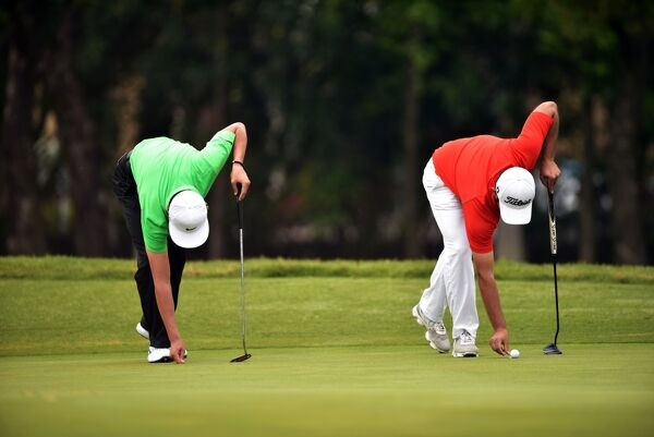 Golf-Epga-Asia-Chn. Golfers mark their balls on the green during the second