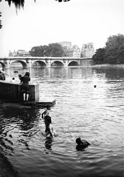 Children bathe in the Seine river, near the Pont Neuf, in june 1946 in Paris, at the beginning of the 1946 summer. (Photo by - / AFP)