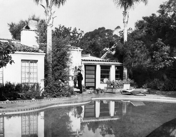 marilyn monroe house policeman standing outside marilyn monroes house a 30163