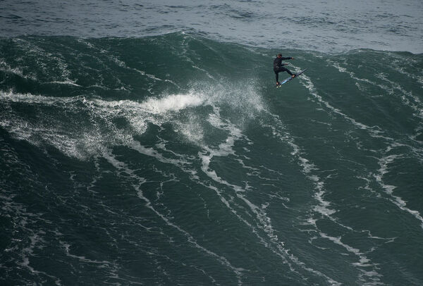 SURFING-POR-BIG-WAVES