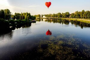 offbeat quirky images/offbeat 2019/russia hot air balloon festival heart river