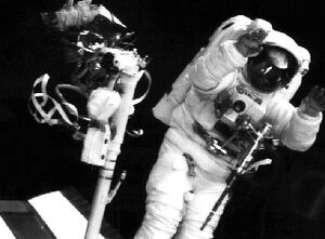 US-ASTRONAUT WAVES FROM SPAC